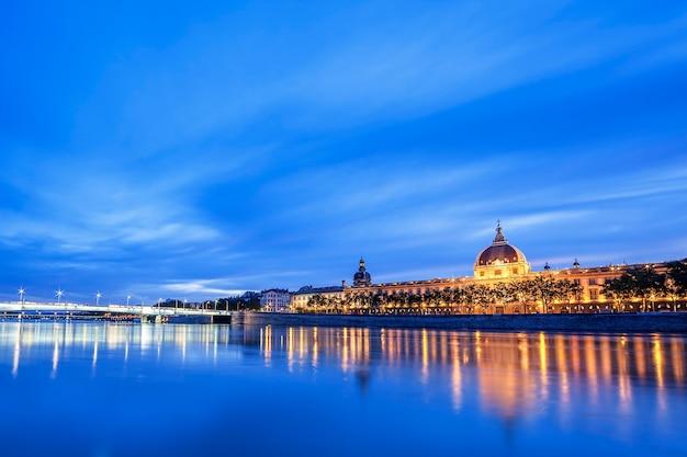 Vista del río ródano en lyon por la noche, francia