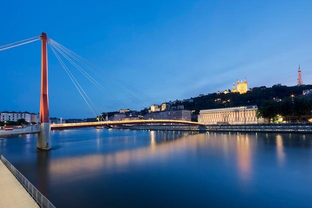 Vista del río saona en lyon por la noche, francia