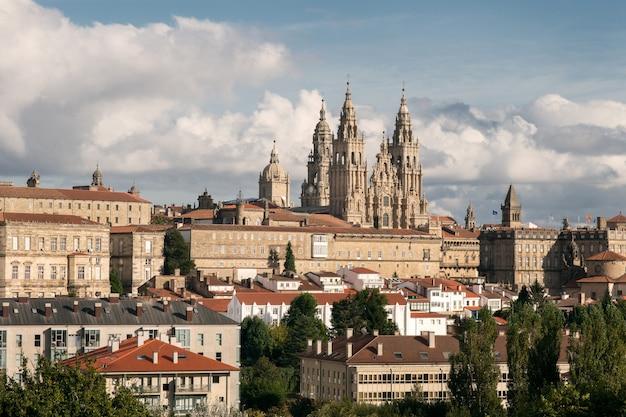 Vista de santiago de compostela y sorprendente catedral de santiago de compostela con la nueva fachada restaurada
