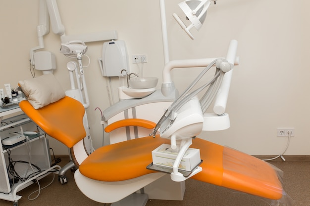 Vista de la silla moderna vacía de la cirugía dental.