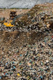 Vista de un sitio de descarga masiva de basura, resultado de la actividad humana.