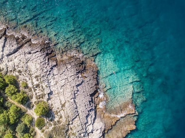 Vista de snorkel en solitario desde un avión no tripulado