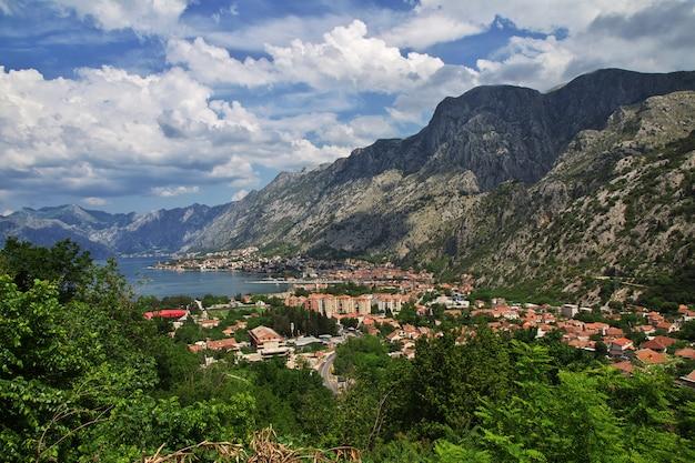 La vista sobre la antigua ciudad de kotor en la costa adriática, montenegro