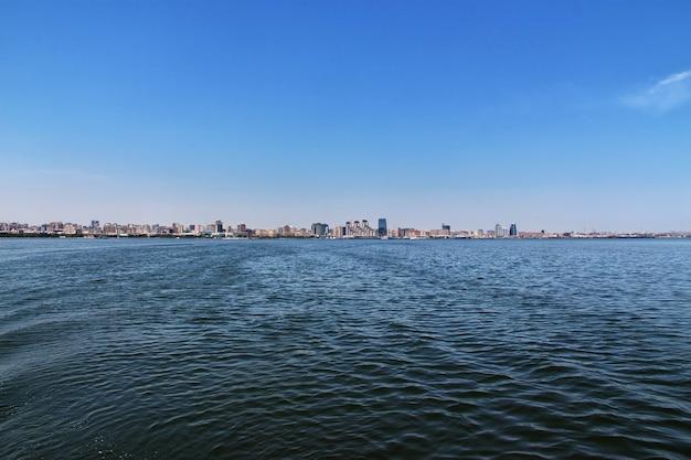La vista sobre la ciudad de bakú desde el mar caspio, azerbaiyán