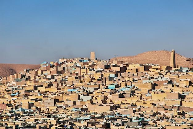 La vista sobre la ciudad de ghardaia en el desierto del sahara, argelia