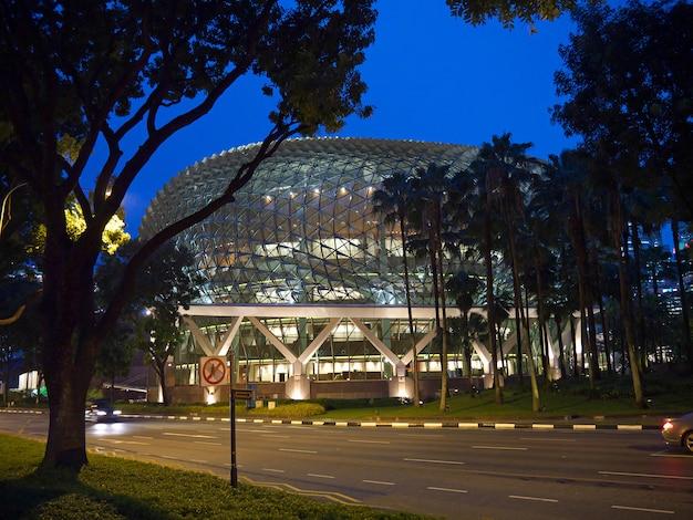 La vista sobre la explanada en el puerto deportivo en la noche, singapur