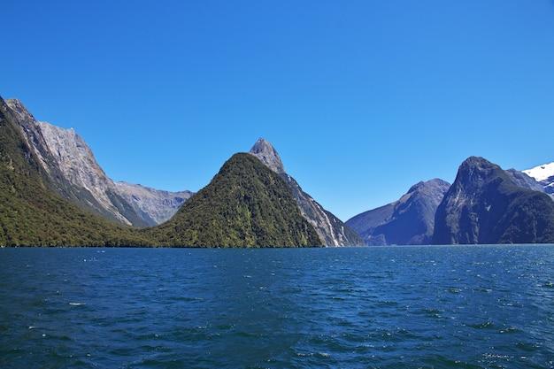 La vista sobre el fiordo de milford sound, nueva zelanda
