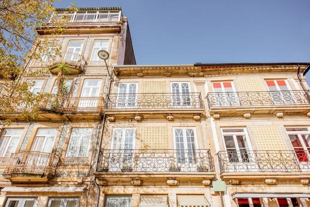 Vista sobre las hermosas fachadas de edificios antiguos con famosos azulejos portugueses en la calle en el casco antiguo de la ciudad de oporto, portugal