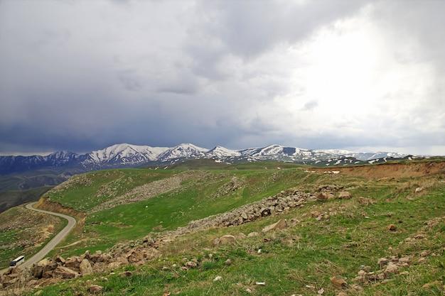La vista sobre las montañas del cáucaso, armenia