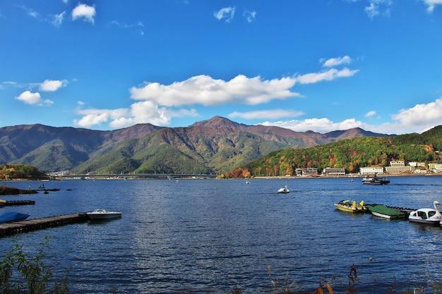 La vista sobre el parque nacional fuji en otoño, japón