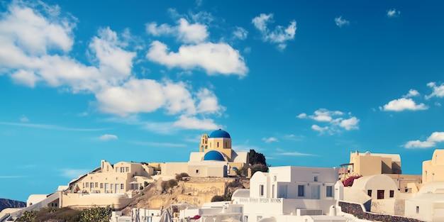 Vista sobre el pueblo de oia, isla de santorini, grecia