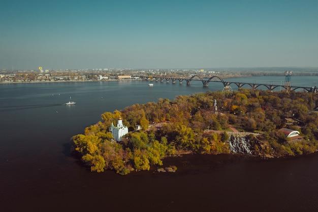 Vista sobre el río dnieper en kiev. vista aérea de aviones no tripulados.