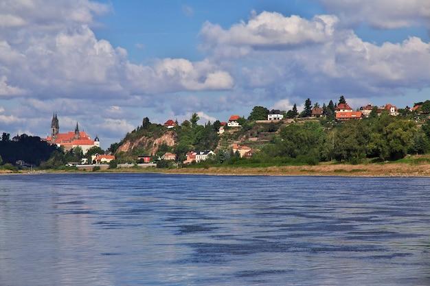La vista sobre el valle del río elba en sajonia, alemania