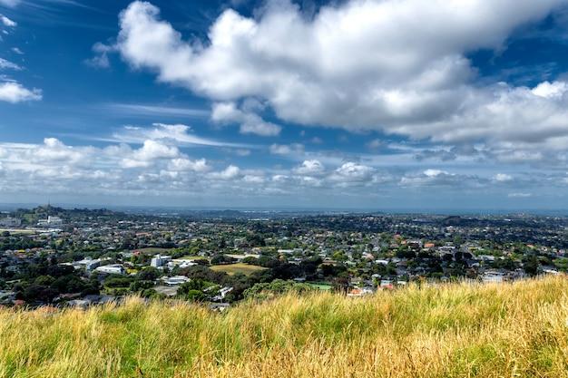 Vista de los suburbios de auckland desde el monte edén