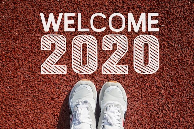 Vista superior de 2020, zapatos de hombre caminando en la pasarela, inicio