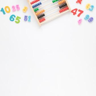 Vista superior de ábaco y números con fondo de espacio de copia