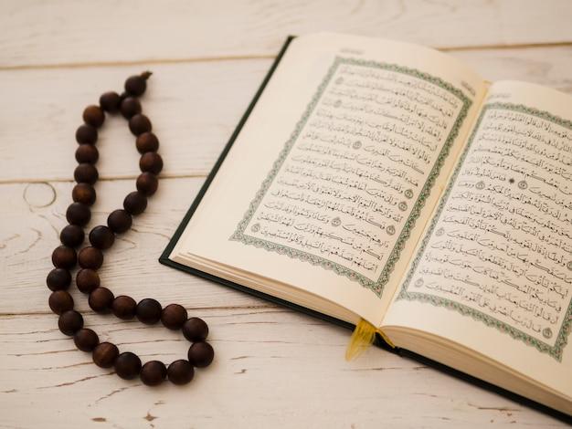 Vista superior abierta quran y cuentas de oración