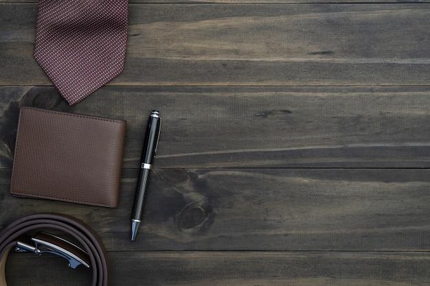 Vista superior de los accesorios de los caballeros en el fondo de madera.