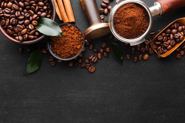 Vista superior de accesorios de café con granos