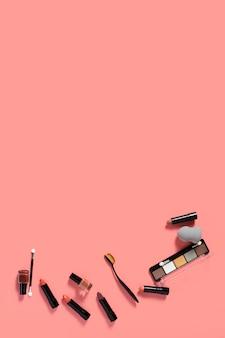 Vista superior de accesorios cosméticos sobre fondo liso con espacio de copia