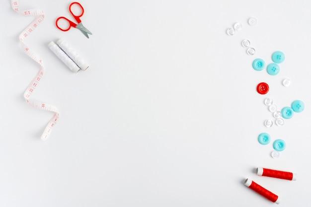 Vista superior de accesorios de costura con espacio de copia