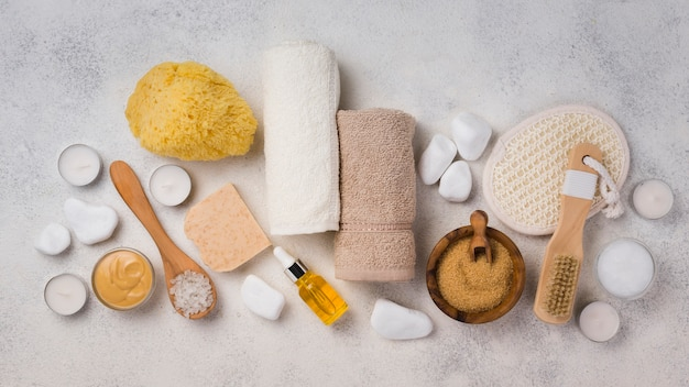 Vista superior de accesorios para el cuidado de la piel para spa