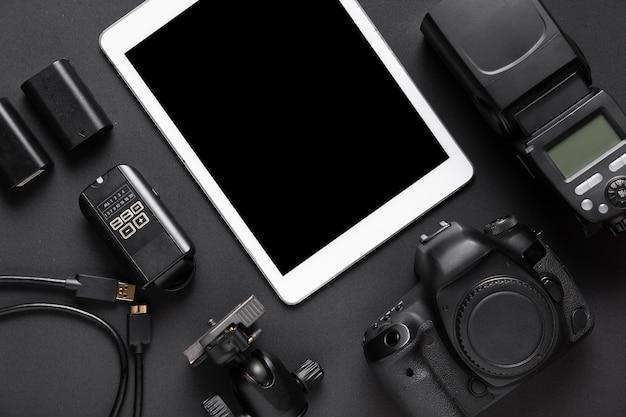 Vista superior de accesorios de fotografía y tableta
