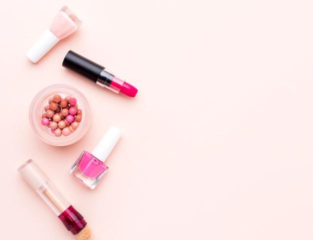 Vista superior de accesorios de maquillaje con espacio de copia