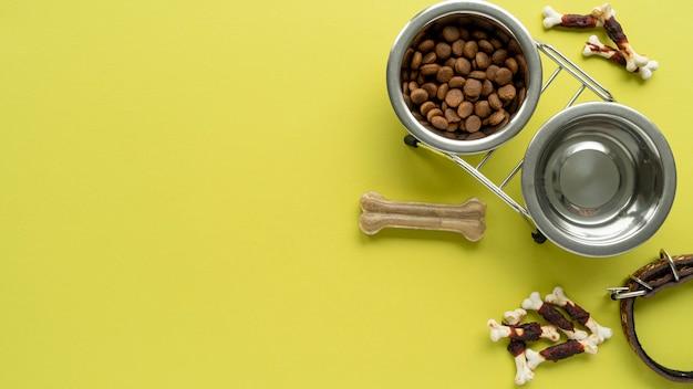 Vista superior de accesorios para mascotas bodegón con cuencos de agua y comida