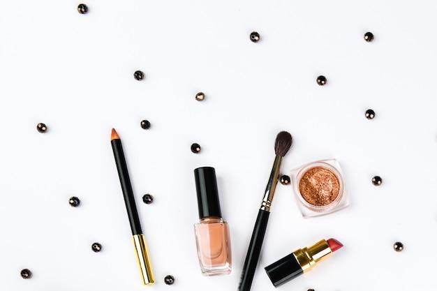 Vista superior de accesorios para mujer. accesorios para mujer, en un espacio rosa pastel. concepto de belleza y moda. vista superior, minimalismo plano. aplanada