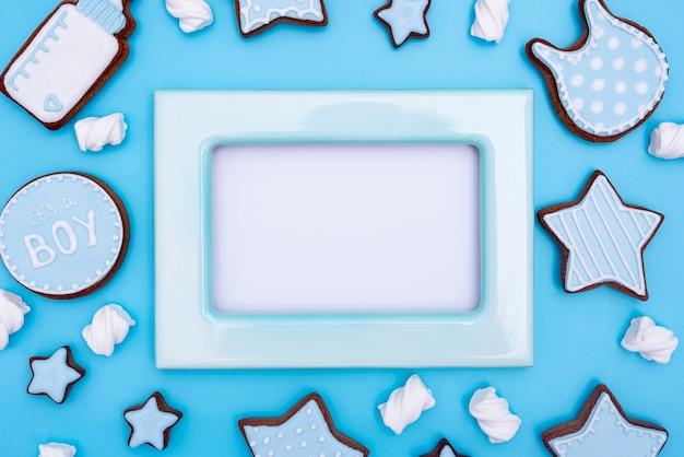 Vista superior de accesorios de niño lindo con espacio de copia