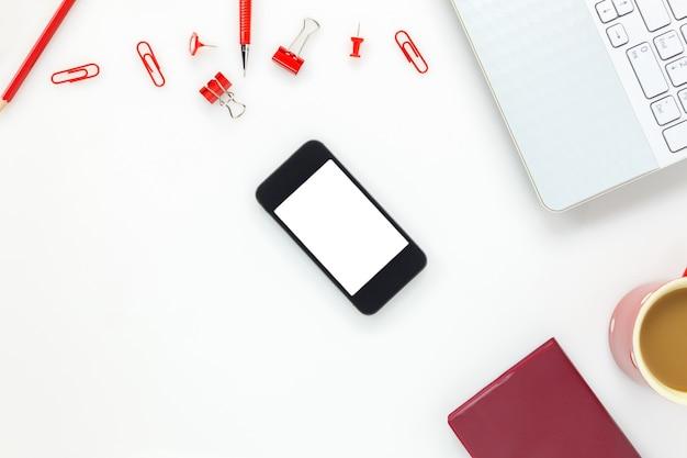 Vista superior de accesorios oficina de negocios desk.mobile teléfono, café, portátil, lápiz de colores, portapapeles, peg en blanco escritorio de oficina con copia espacio.