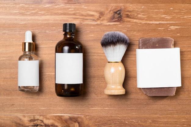 Vista superior de accesorios de peluquería y aceites de aseo.
