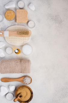 Vista superior de accesorios de spa con toalla y piedras