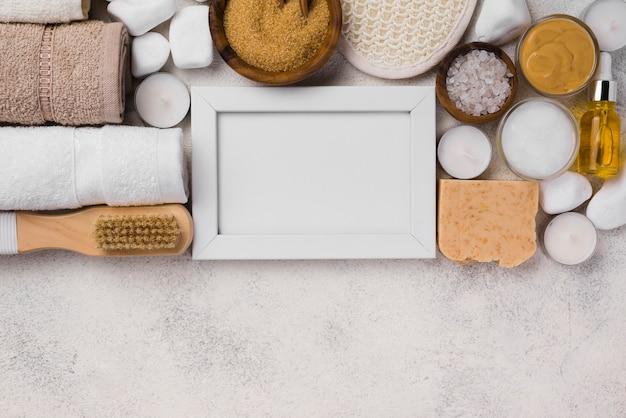 Vista superior de accesorios de tratamiento de spa con marco