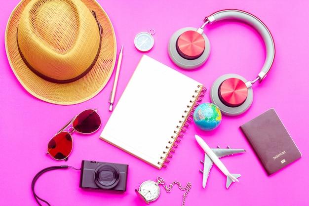 Vista superior de accesorios de vacaciones de verano