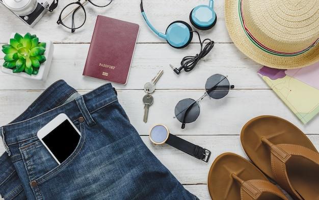 Vista superior de los accesorios para viajar concepto. escucha del teléfono móvil