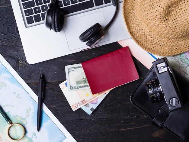 Vista superior accesorios de viaje y dinero