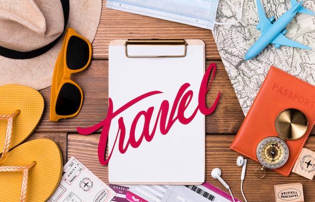 Vista superior de accesorios de viaje con gorro y pasaporte