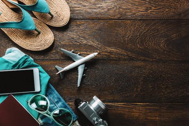 Vista superior de accesorios de viaje con teléfono móvil, cámara, gafas de sol