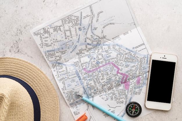 Vista superior de accesorios de viajeros y mapa.