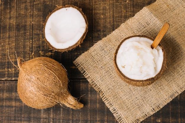 Vista superior de aceite de coco con nuez de coco