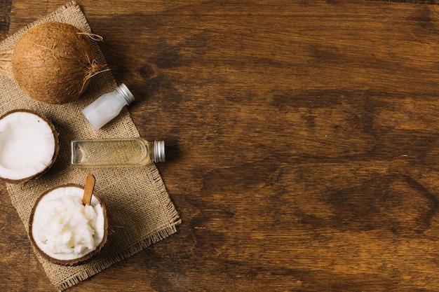 Vista superior de aceite de coco y nuez con espacio de copia