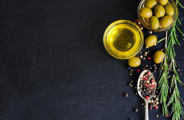 Vista superior de aceite de oliva e ingredientes para una ensalada vegetariana saludable