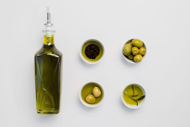 Vista superior aceite de oliva orgánico y aceitunas