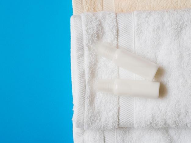 Vista superior de los aceites encima de las toallas.
