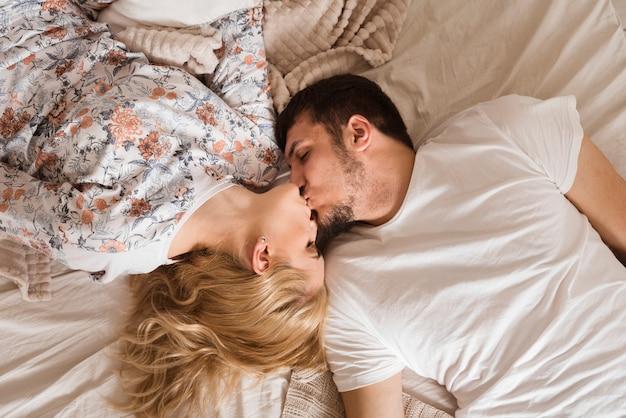 Vista superior adorable joven pareja besándose