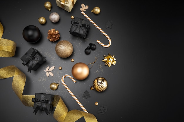 Vista superior de adornos y adornos navideños con espacio de copia