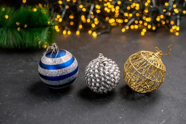 Vista superior adornos del árbol de navidad luces del árbol de navidad en la superficie año nuevo