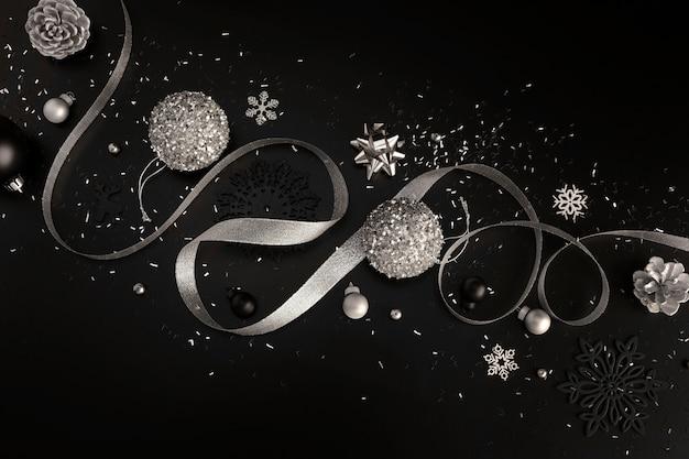 Vista superior de adornos navideños con cinta y brillo.